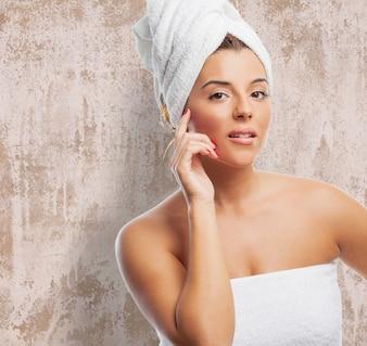 Mulher bonita sensual na toalha