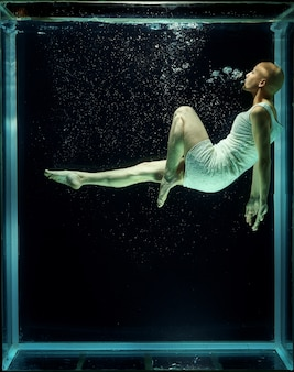 Mulher calvo debaixo de água
