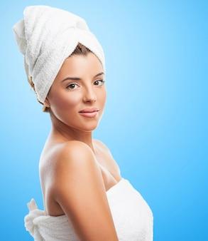 Mulher Charming na toalha