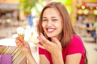 Mulher Charming que come um gelado