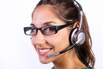 Mulher com auriculares em um centro de chamadas