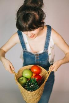 Mulher com frutas e vegetais
