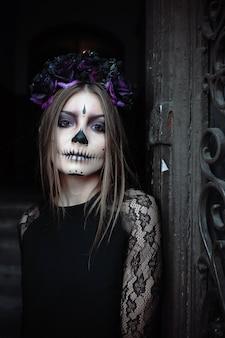 Mulher com maquiagem assustadora