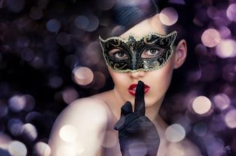 Mulher com máscara de carnaval