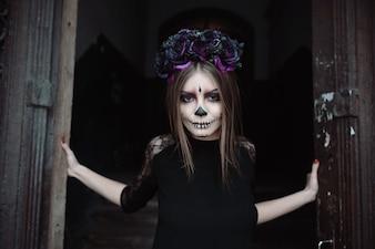 Mulher com pintura de rosto assustador para Halloween