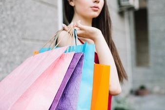 Mulher com sacos de papel
