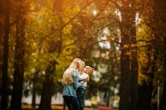 Mulher com sua filha pequena nos braços