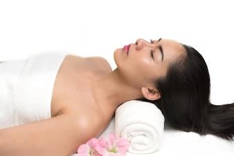 Mulher com tratamento de massagem corporal e spa
