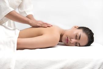 Mulher com tratamento de massagem corporal no spa