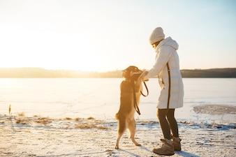 Mulher com um cão com duas pernas