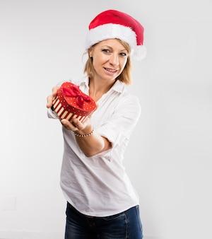 Mulher com um presente em forma de coração