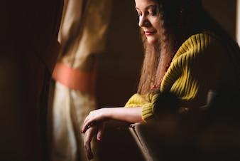 Mulher com uma camisa amarela