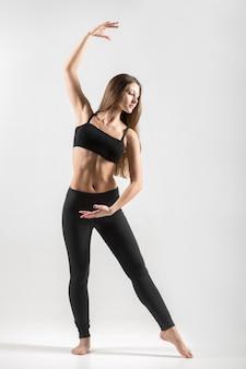 Mulher concentrada com a coreografia