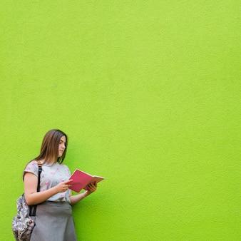 Mulher concentrada estudando material