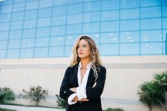 Mulher de negócios loira na frente do edifício de vidro