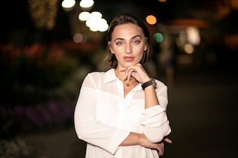 Mulher de negócios na rua da noite