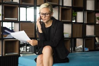 Mulher de negócios séria conversando por telefone para parceiro