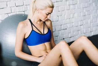 Mulher descansando depois de fazer exercícios