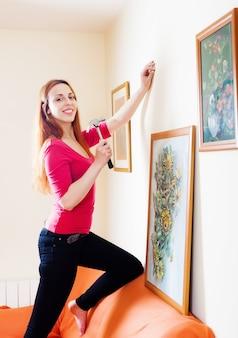 Mulher em foto pendurada vermelha