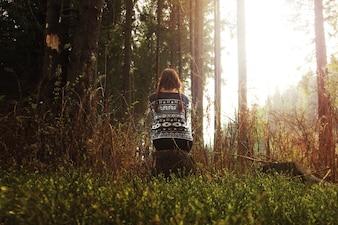 Mulher em uma floresta