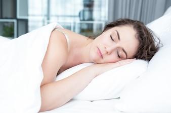 Mulher encantadora de meia idade dormindo na cama