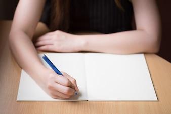 Mulher escrita à mão no livro em branco