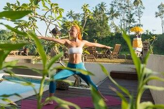 Mulher fazendo yoga na manhã