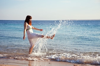Mulher feliz na costa do mar