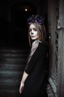 Mulher gótica posando na porta
