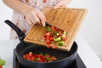 Mulher irreconhecível cozinhar ensopado de vegetais