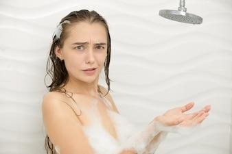 Mulher jovem espumosa preocupada