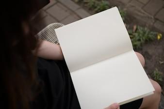 Mulher, leitura, em branco, livro, jardim