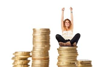 Mulher loura com colunas de moedas