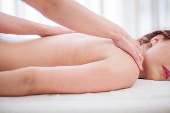 Mulher massageando garota na mesa