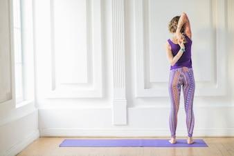 Mulher meditando com as mãos atrás das costas