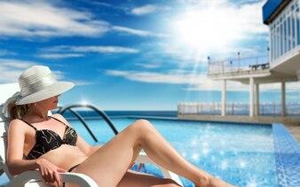 Mulher na piscina com sol brilhante