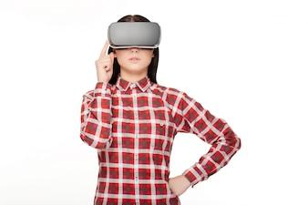 Mulher no headset passando tempo na realidade virtual.