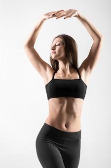 Mulher nova ativa com os braços levantados
