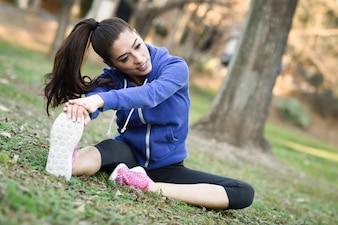 Mulher nova desportiva preparando para treinar