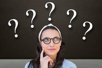 Mulher pensativa com pontos de interrogação