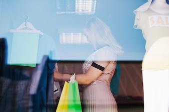 Mulher procurando novas roupas