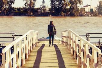 Mulher que anda em uma ponte