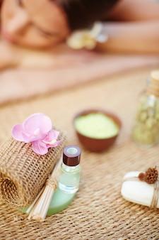 Mulher que aprecia a aromaterapia