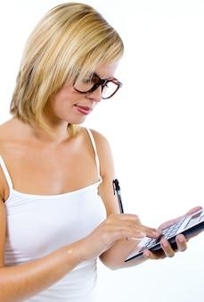 Mulher que usa a calculadora