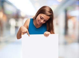 Mulher segurando um cartaz