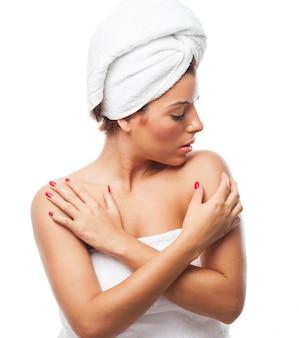 Mulher sensual na toalha com os braços cruzados