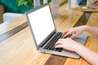 Mulher, usando, computador, laptop, café, loja