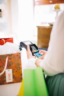 Mulher usando terminal de pagamento