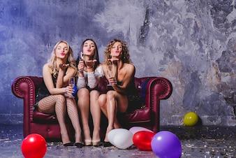 Mulheres festivas no sofá