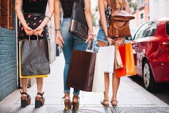 Mulheres indo às compras de pé na rua